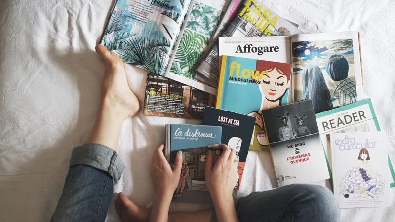 hromada časopisů a knih v cizích jazycích